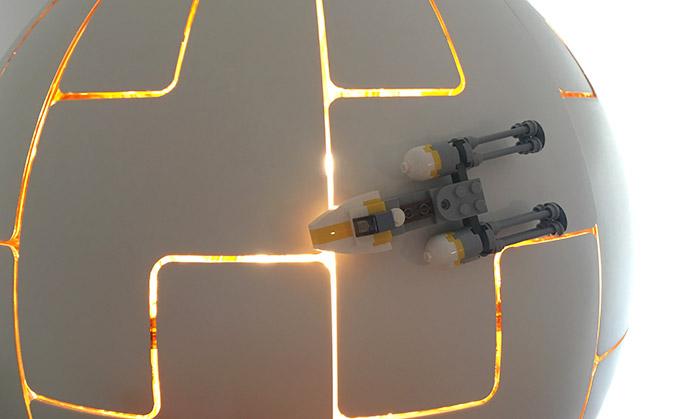 Todesstern Lampe dekoriert mit einem kleinen Y-Wing Fighter aus LEGO